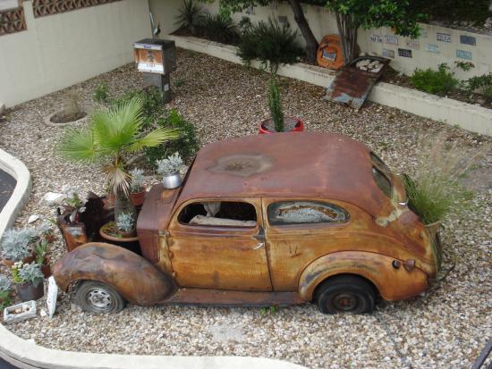 Austin Motel: Interesting car in the garden