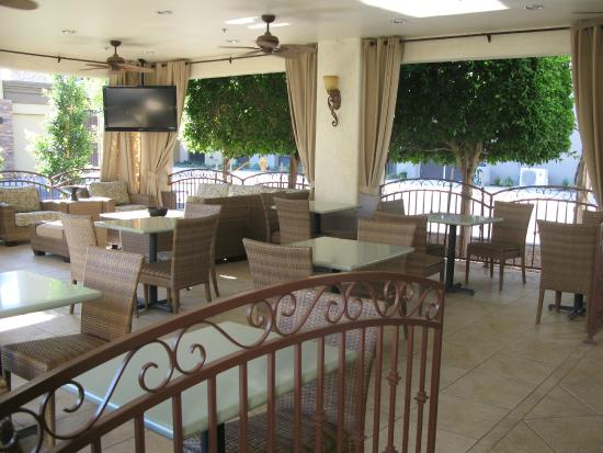 Red Lion Inn & Suites Tempe: Outdoor Dining Area
