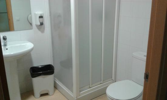 Albergue Juvenil Ruta del Ferro: Baño de la habitación de 4