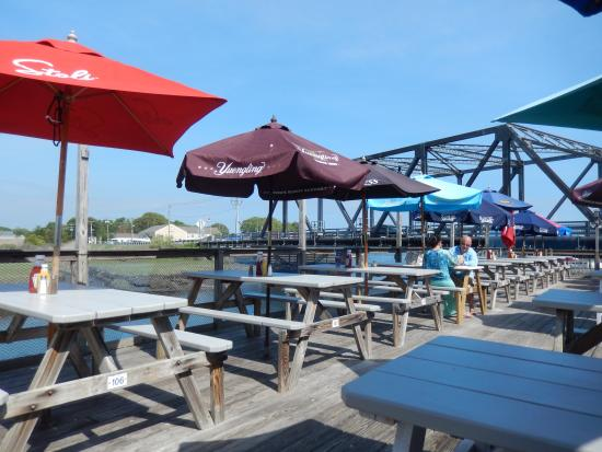 Bill's Seafood Restaurant: Outside dining at Bill's near singing bridge