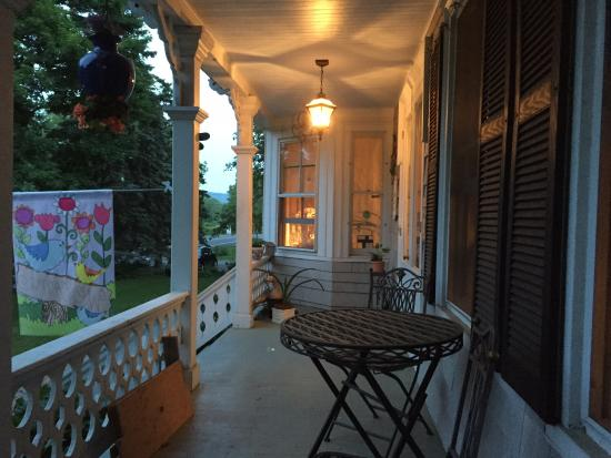 Pine Island, estado de Nueva York: At night on the front porch