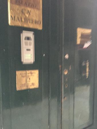 Residenza Ruga Giuffa: Front door
