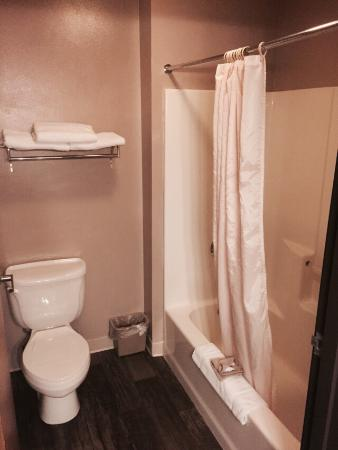 CAPRI INN & SUITES - AMERICAN OWNED AND OPERATED : Room 107