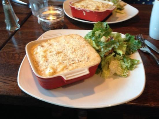 293 Wallace Street Restaurant: The Bacon Mac & Cheese with Ceasar Salad......Yummmm!