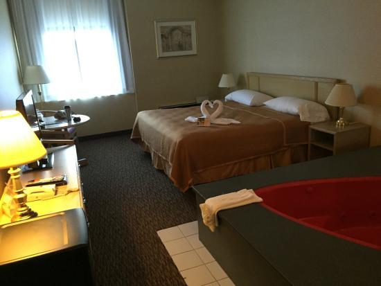 Howard Johnson Hotel by Wyndham by the Falls Niagara Falls: Room