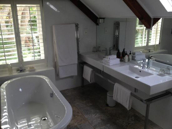 The Robertson Small Hotel: Honeymoon Bathroom