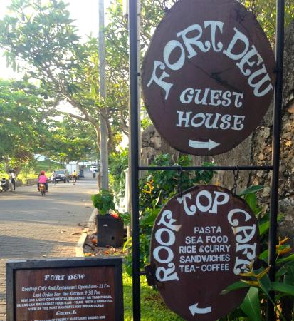 Fort Dew Guest House: Hotel Sign