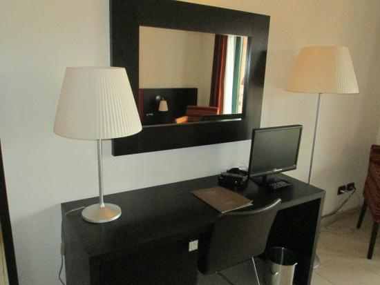 Hotel Parlapa: The desk lamp is a nice touch.