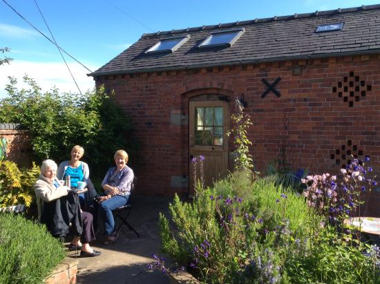 Yew Tree House Bed and Breakfast: Tea on the sunny patio