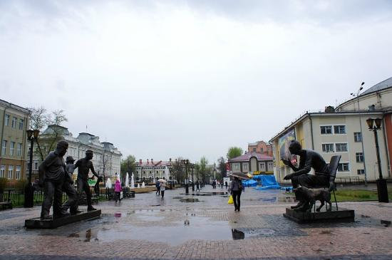 Памятник Леониду Гайдаю