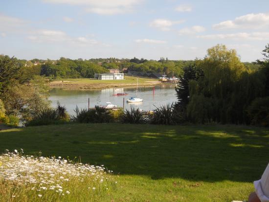 Lisle Court Bed & Breakfast: Garden view over Wootton Creek