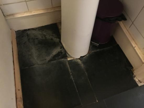 Vuile wc met lekkage erachter picture of euro hotel harrow harrow