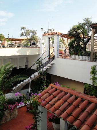 Ninays: Beautiful courtyard