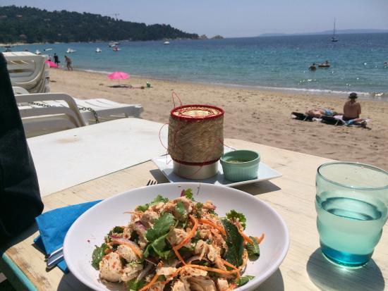 Les Canetons: Petite salade thaï en face de la plage ����