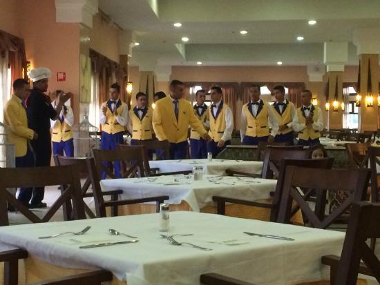 IBEROSTAR Saidia: Servicepersonal beim Abendessen