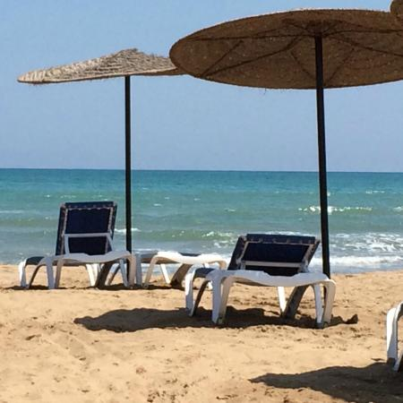 IBEROSTAR Saidia: Strand mit Liegen und Sonnenschirmen