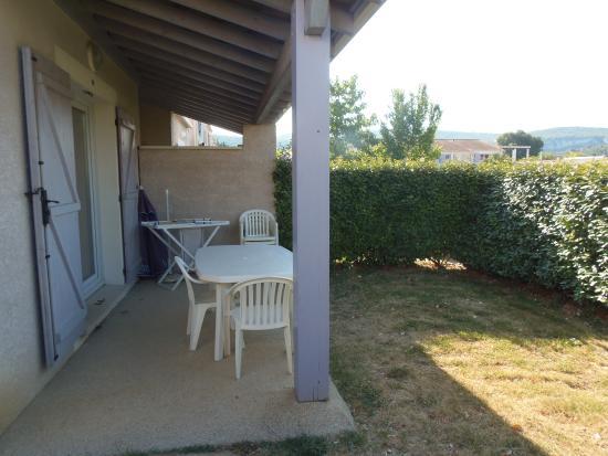 Residence Odalys Les Sources de Manon: Vue du jardin et de la terrasse