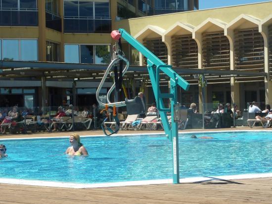 Pour personne handicaper au milieu de la piscine picture - Piscine pour personne handicapee ...