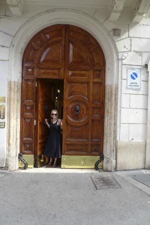 Vivaldi Luxury Rooms : Building entrance Via del Corso