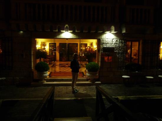 Sina Palazzo Sant'Angelo: Entrance and outdoor bar
