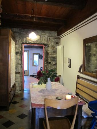 Le Dame della Cortesella B&B: View from sitting room to kitchen & front door.