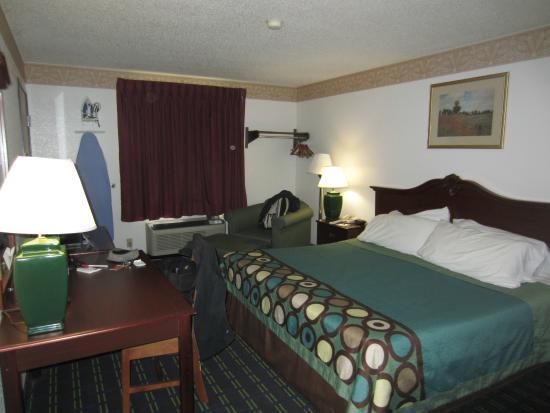 Super 8 Lee/Berkshires/Outlet Area: The room.