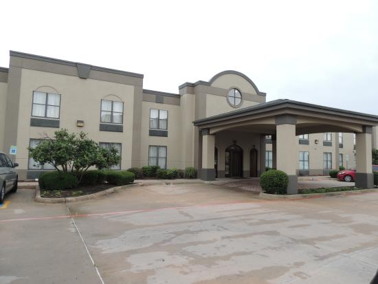 Quality Suites Sherman: Front view of Comfort Inn in Sherman
