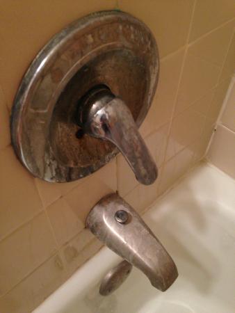 Monticello, IN: Dirty bathroom fixtures