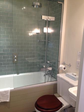 George Hotel : Bathroom in single room