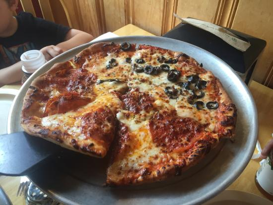 Rudloof's Pizza and Brats : Very good pizza, had chicken fajita pizza, and pepperoni/olive pizza.