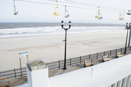 Boardwalk Hotel Charlee & Apartments : Enjoy the Sun!
