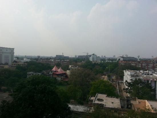 Ambassador Pallava Chennai: Foto da janela do quarto do hotel dando para a a avenida. o staff é gentil