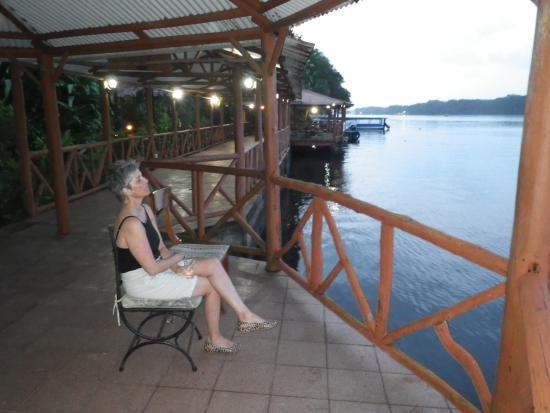 La Baula Lodge: Beautiful riverside walkway  enjoying the sunset.