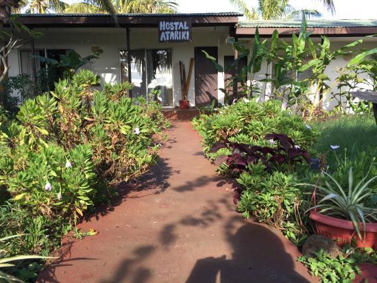 Hotel Atariki: Jardim e corredores.
