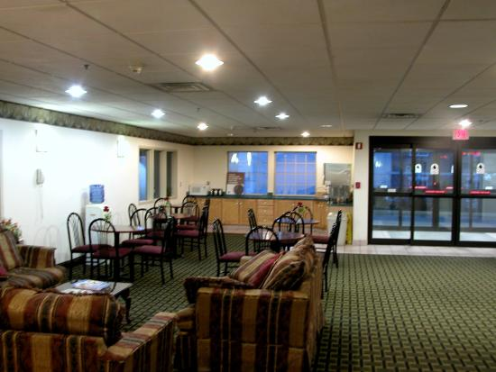 Motel 6 Harrisburg - Hershey North : There is a nice large common area in the lobby.