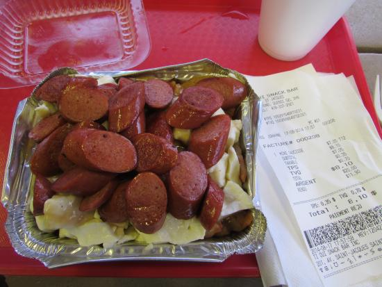 Ti-Oui Snack Bar: Poutine avec saucisses