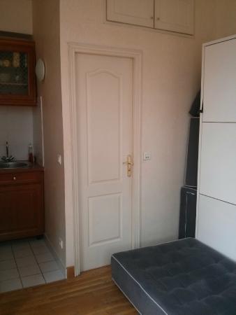 Bed and Breakfast Delareynie : Rue Du Temple (St Merri Studio) with the bed folded up, looking at bathroom door