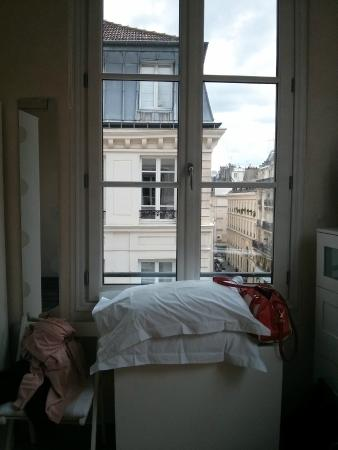 Bed and Breakfast Delareynie: Rue Du Temple (St Merri Studio) pillows on the fold out dining table+view