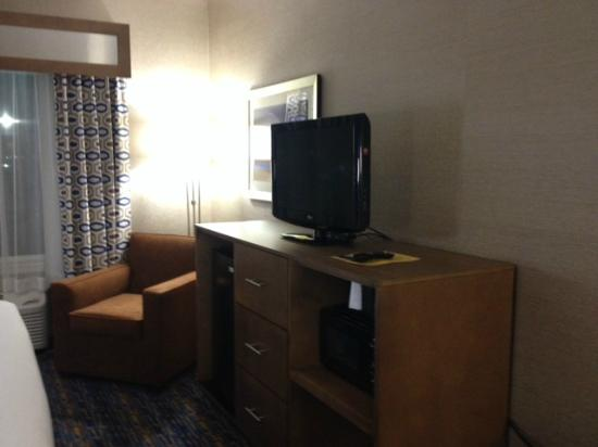 Holiday Inn Express Rocklin - Galleria Area: Fridge & microwave; armchair with good lighting