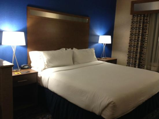 Holiday Inn Express Rocklin - Galleria Area: Comfy bed with lots of pillows