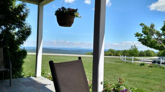 Cooper Hill Inn: Front porch
