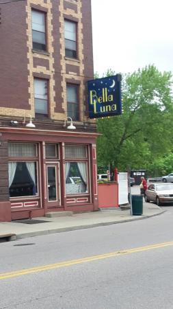 Bella Luna Restaurant: Plenty Nearby Parking