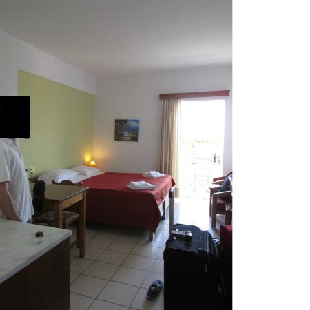 Hotel Batis Rethymno: Habitacion con balcón y vista al frente