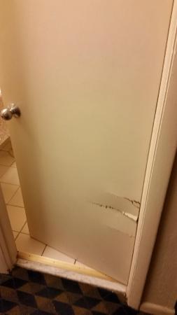 Days Inn Wrightstown: Broken door to the bathroom - couldn't shut