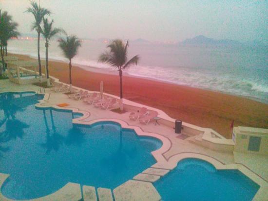 Camino Real Manzanillo : Las albercas y la playa