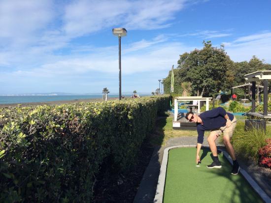 Par2 MiniGolf : Hole in one on the beachfront 13th