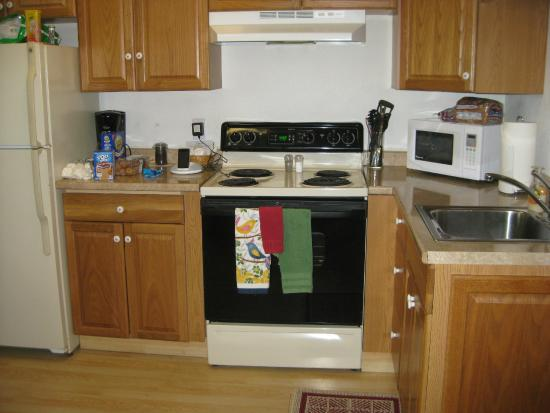 The #1 Coastal Inn and Suites : Full kitchen