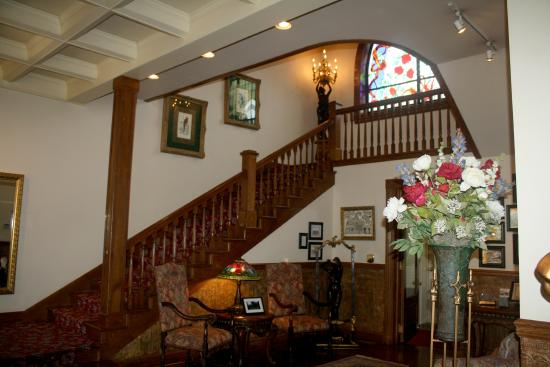 Buhl Mansion Guesthouse and Spa: Looking to the stairway from the lobby