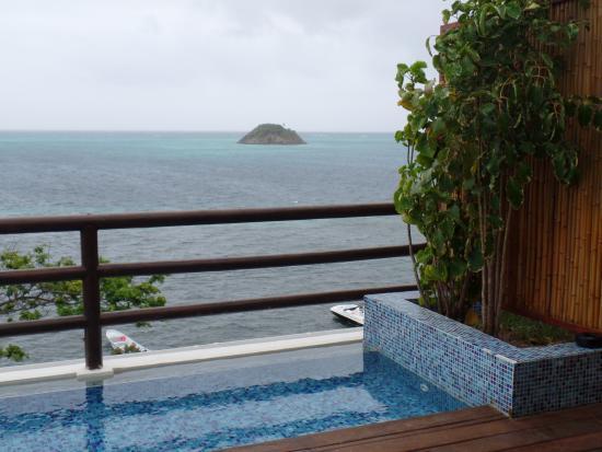 deep blue jacuzzi en la terraza