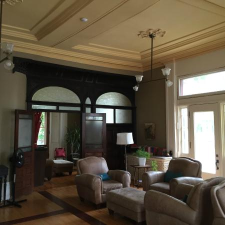 Frontenac Club Inn: Main Lounge